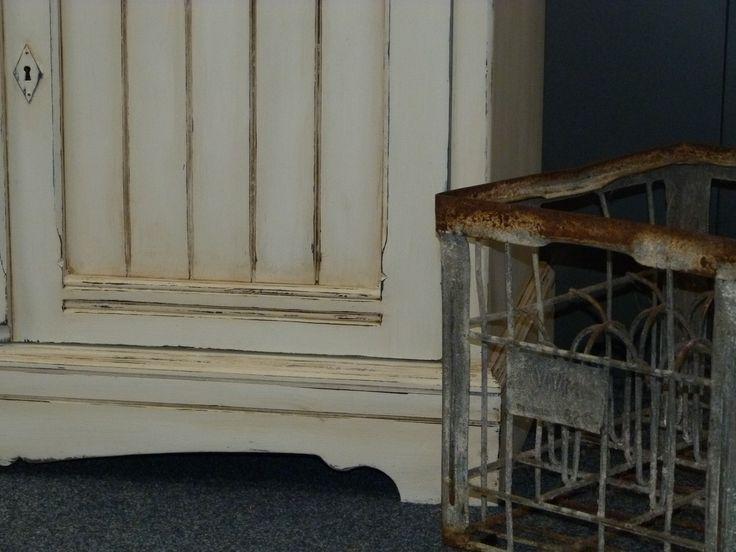 Detail van de hoge kast. Geschilderd in Old White en behandeld met blanke en donkere was.