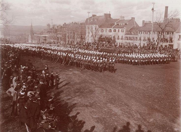 Cérémonie militaire soulignant le départ des troupes canadiennes vers l'Afrique du Sud en 1899. (Quartier Vieux-Québec - Rue D'Auteuil - Esplanade - Cérémonie militaire, Saml. H. N. Kennedy - octobre 1899, P600,S6,D1,P0774)