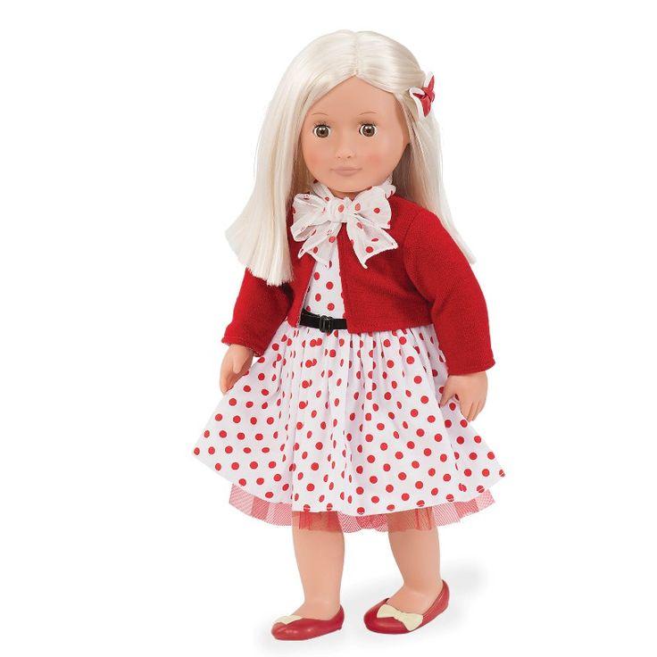 Her er Rose. Rose er så sød, og mener alle børn skal have det sjovt. Rose selv elsker at lege, og hygge med veninderne. Rose er en lækker dukke i den fineste retro stil. Sammen med Rose får du cardigan, den fineste retro prikkede kjole, bælte, trusser, tørklæde, sløjfe til håret, og sko.
