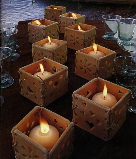 Questi bellissimi porta candele da lumini sono in pasta di sale, realizzati con quattro parti unite tra loro da un laccio in cuoio. Divertitevi a crearne tante per imbandire una tavola per una bella cena a lume di candela.