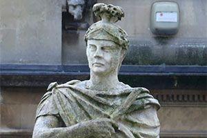 El gobernador Agrícola consiguió completar la tarea de someter Britania bajo el imperio romano. Entre otras cosas, instauró un sistema educativo para enseñar latín a los hijos de los caudillos britanos. Estatua de Agrícola en la ciudad de Bath, Reino Unido.