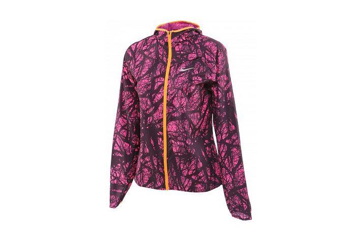 #Nike Enchanted Impossibly Light Jacket - damska,elastyczna kurtka biegowa o niebywale lekkiej konstrukcji.  Skutecznie ochrania biegaczkę przed nagłymi zmianami pogody w czasie treningów. Dzięki swej minimalistycznej budowie i elastycznym materiałom można ją wygodnie przenosić w ręce w formie zgrabnego pakunku. #kurtka #kaptur #jesienzima2015