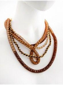 Náhrdelník v zlato hnedej farebnej kombinácii. Je zložený z viacerých retiazok, šnúrky, perličiek, kamienkov a sieťoviny. Zapínanie je na karabinku a retiazku.