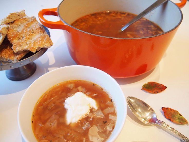 Den här kålsoppan börjar vi alltid att mumsa på när löven ändrar färg. Så mustig, god, enkel och billig dessutom, vilket såklart är ett trevligt plus! Kålsoppa till fyra-sex portioner: 400 g vitkål 1 gul lök 2 vitlöksklyftor 100 g bacon/sidfläsk 1,5 l vatten 2-3 tsk herbamare 1-3 krm starkt paprikapulver 2 msk tomatpuré 1…