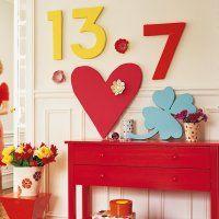 ces décorations de grande taille sont ultra légères et faciles à faire ! Un gros cœur, un trèfle à quatre feuilles et les chiffres porte-bonheur sont découpés dans des plaques de polystyrène épaisses. Ces motifs sont ensuite recouverts d'enduit de lissage puis peints avec des couleurs vives. Il ne vous reste plus qu'à les fixer au mur et à les répartir un peu partout dans la maison.    Amusez vous à décliner cette technique pour créer des décors léger et de circonstance.