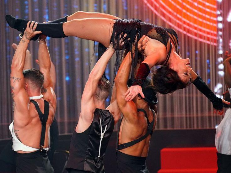 """Christine Neubauer lässt sich von Tänzern auf Händen tragen: Bei """"Dance Dance Dance"""" zeigt sich die Schauspielerin von ihrer sexy Seite. Bei RTL wird wieder getanzt: Knapp zwei Monate nach """"Let's Dance"""" startet die Tanzshow """"Dance Dance Dance"""" in die..."""