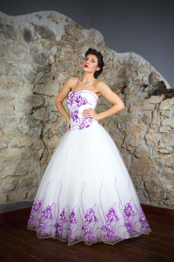 Abito da sposa in tulle ricamato lilla. #abitidasposa #sposa #matrimonio #bride #bridal #weddingdress #weddingday #colors #lace #tulle #weddingdresses