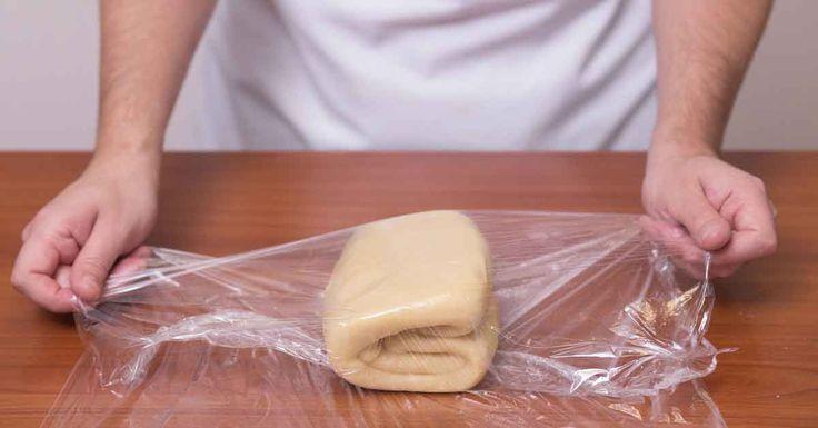 Aluatul foietaj este folosit în foarte multe rețete: vă puteți răsfăța atât cu cornuri delicioase cu diverse umpluturi, cât și cu plăcinte consistente cu carne, brânză sau legume. Aluatul foietaj se frământă și se coace rapid, astfel puteți prepara oricând produse de patiserie crocante, rumenite frumos și gustoase. Rețeta clasică de preparare a aluatului foietaj …