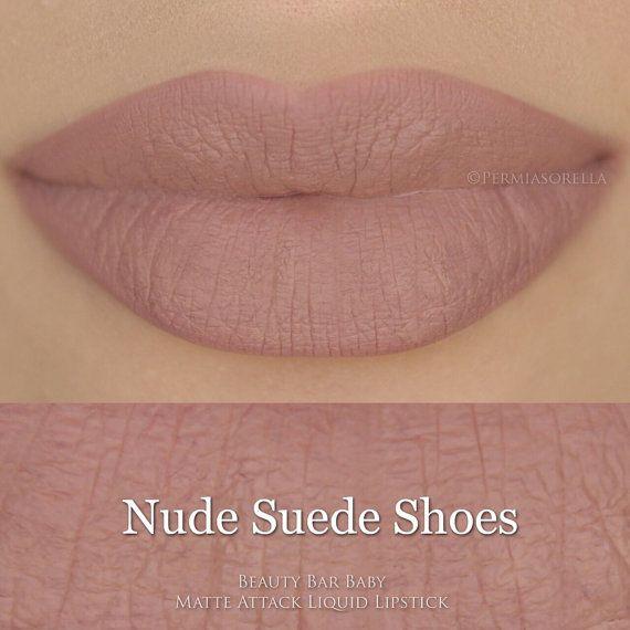 Attaque de mat rouge à lèvres liquide dans les chaussures en daim Nude Un magnifique nu neutre doux Liquide à matte baiser preuve & smudge
