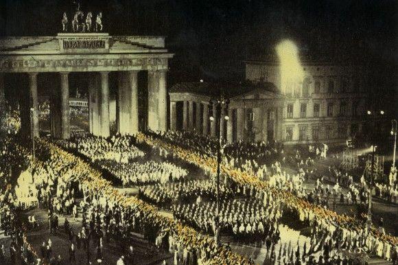 Inhaltlich völlig falsch und psychologisch völlig irreführend ist meines Dafürhaltens das Wort 'Machtergreifung'. Denn schauen wir uns das Wort genauer an: Benutzt wird es in Verbindung mit dem 30. Januar 1933, als Adolf Hitler zum Reichskanzler durch den Reichspräsidenten Hindenburg ernannt wurde.
