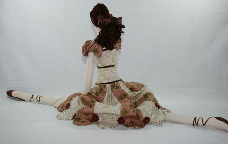 Boneca de pano feita artesanalmente, com tecidos nacionais e importados.    O cabelo da boneca é feito em lã, com acabamentos costurados a mão.    Uma bonequinha super delicada e diferente.    Peça 100% artesanal, única e exclusiva, com venda a pronta entrega.