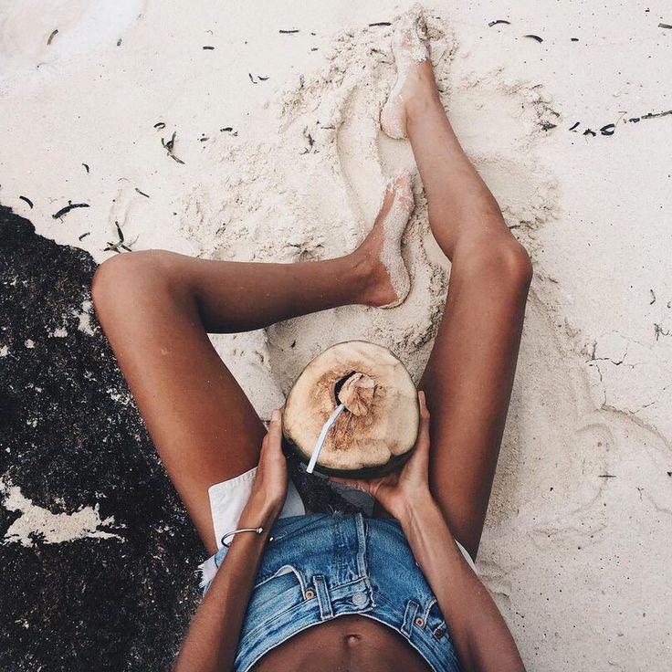 Пляж + песок + фрукт + путешествие + отдых + солнце + лето + ноги + шорты