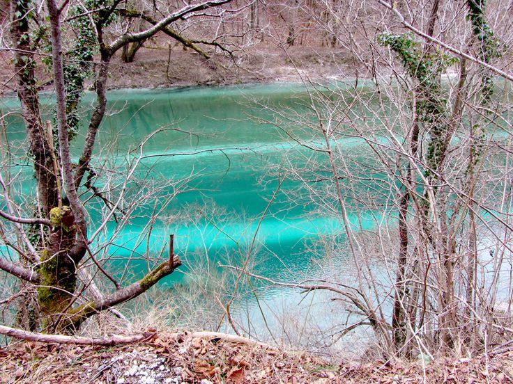 De Soca rivier is nog steeds rustig aan het wachten op de lente gekkigheid! De sneeuw in de bergen zal snel smelten en dan zal de rivier groter en wilder worden. De kayakers, rafters en andere enthousiastelingen die van deze stoere uitdagingen houden zullen snel beginnen met hun favoriete bezigheid! De rest van ons zal wachten tot de zomer todat Soca weer iets rustiger wordt... / www.mijnslovenie.com / @MijnSlovenie / #water #natuur