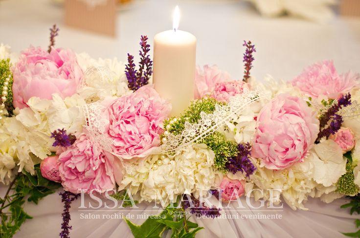 Decoratiuni florale cu bujori si lumanari