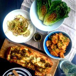 Kylling med stegt salat, pesto/ostebrød og løgdip på mindre end 30 minutter.  Retten er nem, den er billig, den smager godt og opskriften ligger nu på bloggen.
