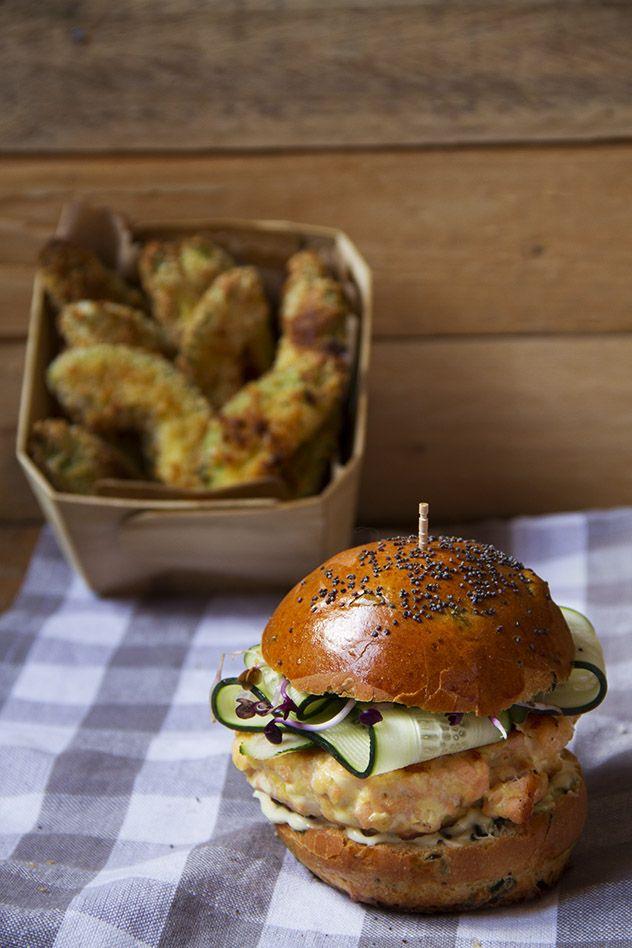 """Burger alle alghe con salmone e """"patatine"""" di avocado"""
