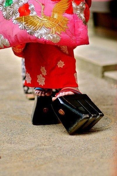 高下駄 (15cm tall wooden clogs) worn by 花魁 (Oiran) at parades.