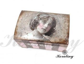Drewniana szkatułka z dziewczynką