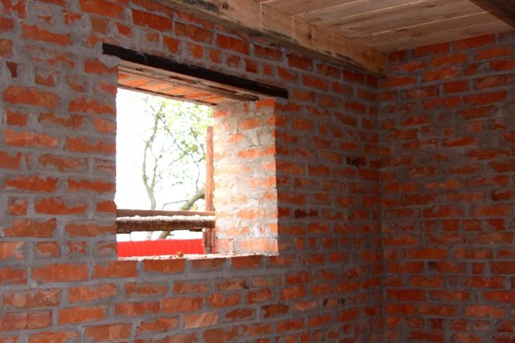 .http://www.torange-pt.com/Architecture/building/Casa-sem-janelas-2965.html Banco de fotos www.tOrange-pt.com livres e grátis Casa sem janelas  Tags - #tijolo #construção #casa #construída #campo #espátula #janela #costura #cimento #argamassa #que #reparação #trabalhos #alvenaria #parede #construir #vermelho, #uma