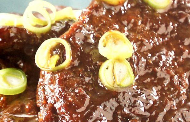 Bestik berasal dari kata bahasa Belanda 'Biefstuk' yang artinya daging sapi steak / stik dan kata lulur adalah bahasa Jawa yang artinya has dalam. Bestik adalah salah satu contoh makanan fusion Belanda dan Indonesia yang awalnya dibawa oleh noni-noni Belanda ke Indonesia dan akhirnya diadopsi oleh orang kita.