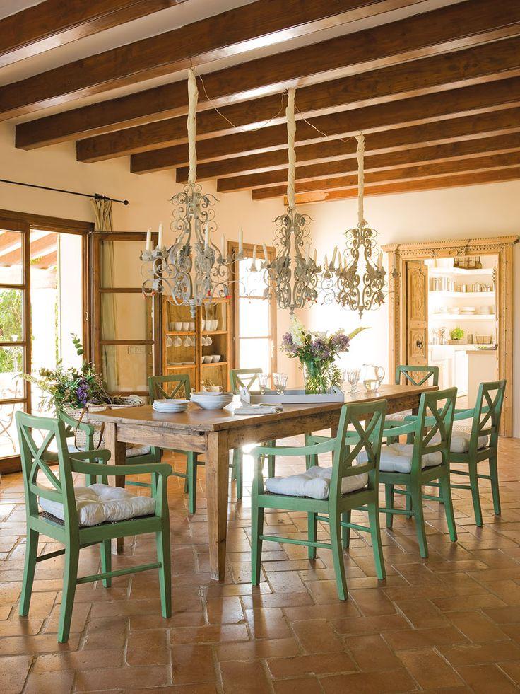 Rústico comedor con sillas de madera pintadas de verde y tres lámparas de araña_00323909