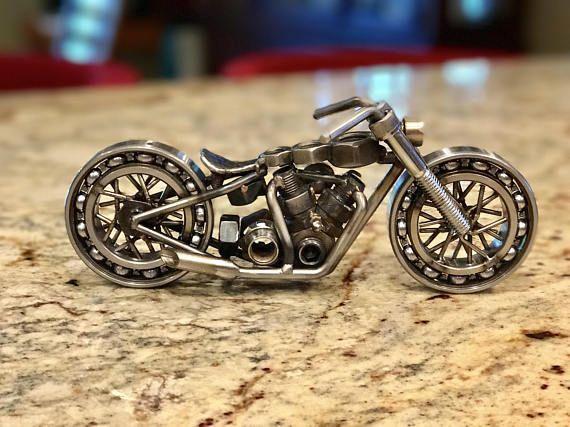 Esta motocicleta única tiene ruedas móviles reales de cojinetes de rueda. Pongo un pequeño añada buscando la linterna en la bici y el asiento es un asiento de cubo solo que tiene un aspecto de martillado. Tanque de gas se hace arriba de tres pernos, cada uno de un tamaño diferente.