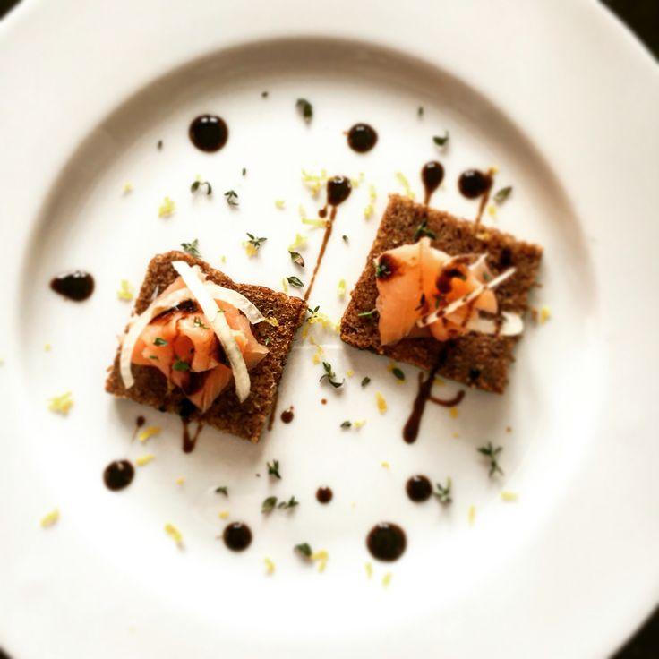 Crostino con salmone affumicato, cipolle, timo, zest di limone e Condimento Bonini Vivace.   #balsamico #salmone   www.balsamicobonini.it