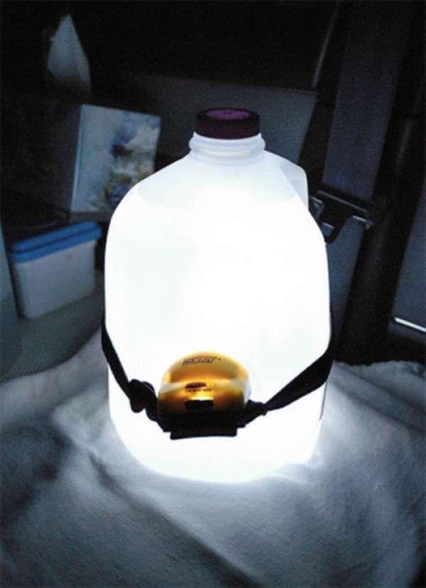 Utilisez un bidon en plastique et une pile électrique comme lampe
