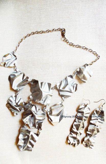 Πτυχώσεις σε φύλλο αλουμινίου σε κολιέ και σκουλαρίκια.