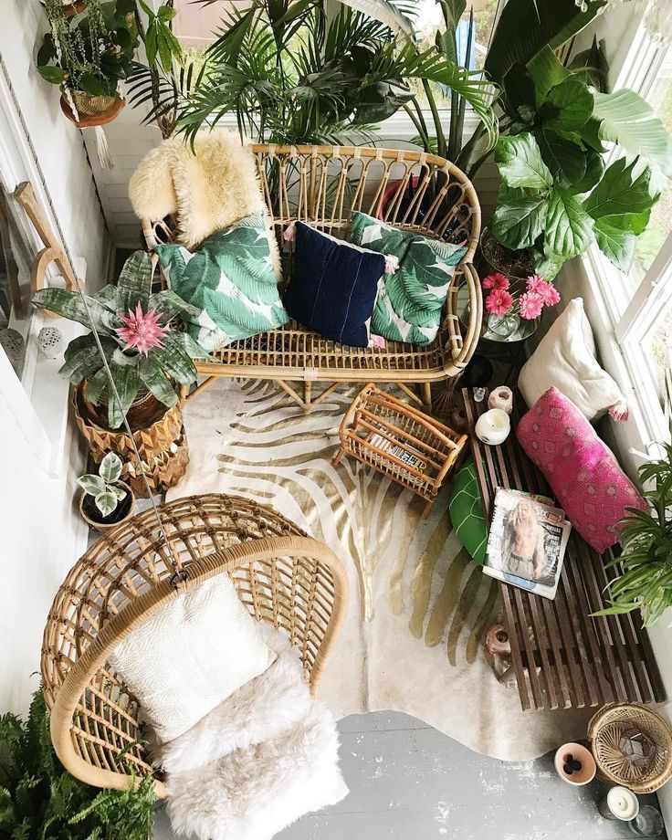 Gemütlicher Balkon mit Pflanzen, Fellen und Korbmöbeln | Ideen für den eigenen Balkon