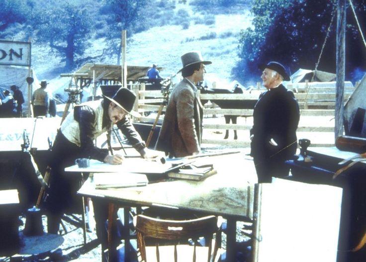 Reverend Alden (Dabbs Greer, r.) kann sich mit dem Aufbau einer Zelt - und V...