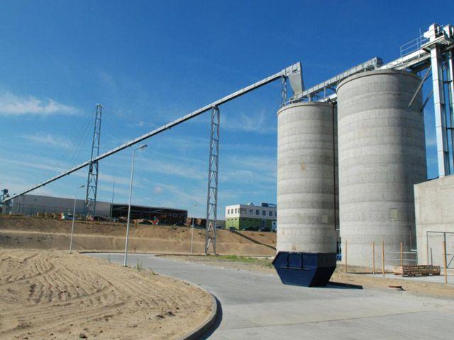 W pełni zautomatyzowana linia, którą dostarczany jest surowiec do silosów i dalej na linie produkcyjne