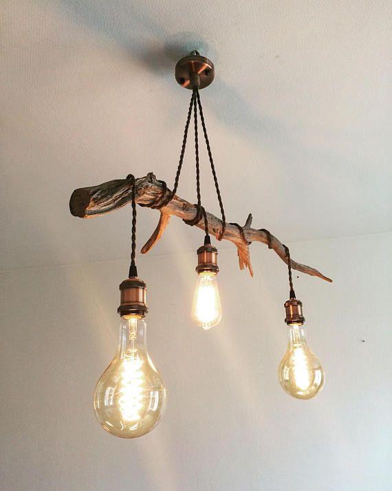 Ich verkaufe diese Befestigung an skandinavisches Design aufgehängt. Cade Juniper Zweig und die verdrehten Feeds in rohem Leinen Schnüre, machen dieses Gerät eine einzigartige und originelle Kreation. Holz-Länge: 80cm Kabel: Kabel verdreht rohem Leinen, natürliche Anthrazit. Buchse: Messing, Kupfer, Größe E27 Vintage Lampen: 1 x Stil Edison, bernsteinfarben, Carbonheizfadens 2 Kugel, bernsteinfarben, Carbonheizfadens X Für weitere Informationen zögern Sie nicht mich zu kontaktieren…