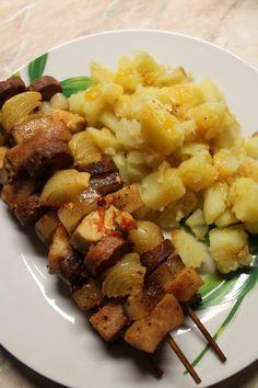 Rablóhús hagymás tört krumplival