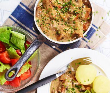 Mums, i det här receptet tillagas en mustig och smakrik grönpeppargryta. Grytan görs på bland annat vitlök, champinjoner, grönpeppar och matlagningsgrädde. Köttet skivas och steks hastigt i en het panna för att få yta och därefter kokas det färdigt i grönpepparsåsen. Servera med potatis och sallad.