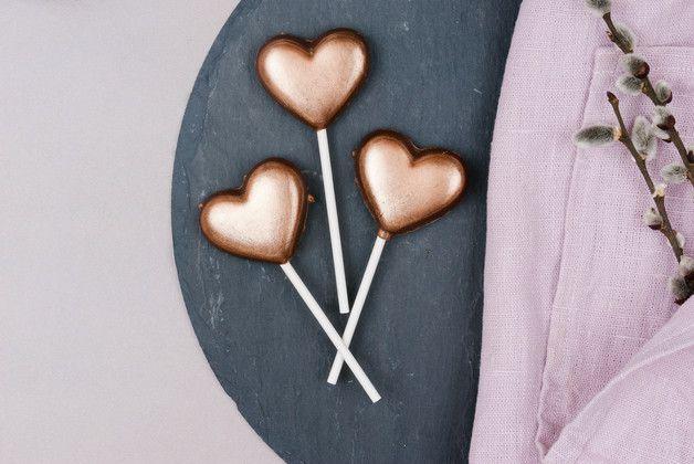 Schon die Schmetterlinge im Bauch gesehen? Die Knisternden Herzen passen wunderbar dazu! Da freut sich jeder, egal ob frisch verliebt oder zur goldenen Hochzeit!  Die Herzen sind aus...
