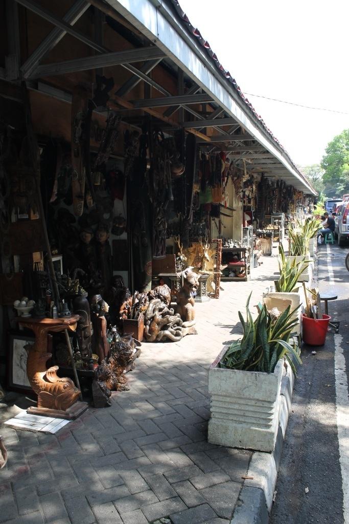 Pasar Antik Jalan Surabaya: Tetap Bertahan Di Tengah Pembangunan Ibukota.