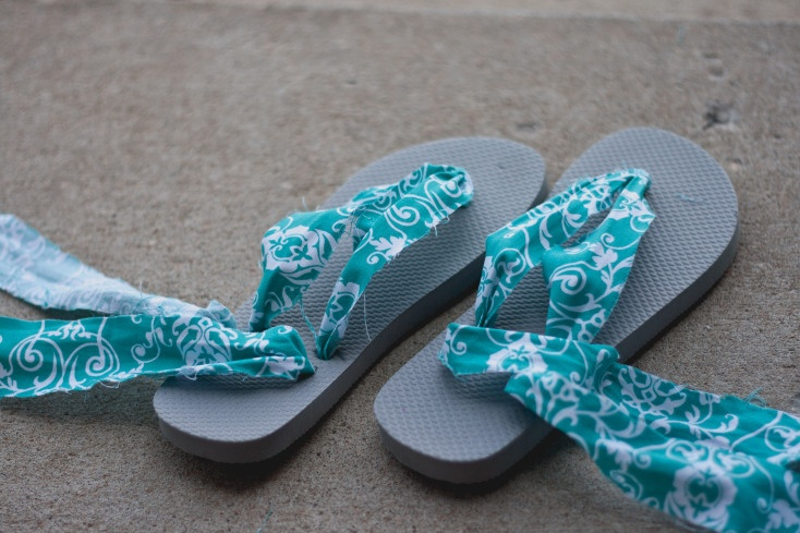 Upcycled Flip Flops {DIY Wednesday}   Inspired Life: Photos by Alaina Hm. Trying to determine how i want to make my shower flipflops...I hate flipflops.
