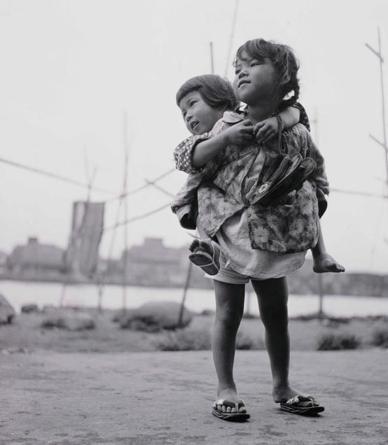Japan. Sisters, Tsukudajima, Tokyo, 1955 // Shomei Tomatsu