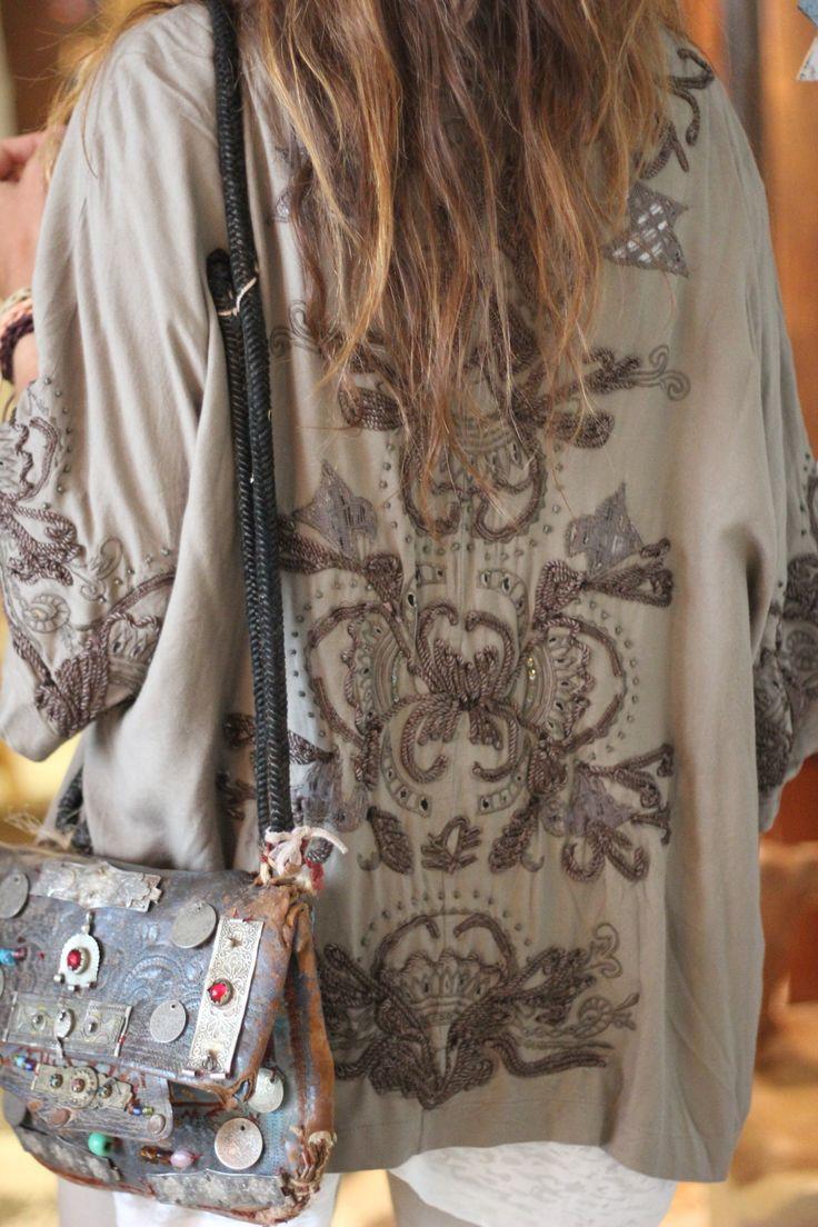 Wij verkopen dit soort leren tassen met munten, BOHO style. Kijk op www.fabstyle.nl