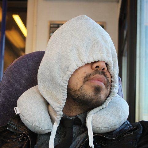 Slaap hoodie voor in een bus of vliegtuig - rugkussen - Coole reis gadgets voor 2014 | Reisgadgets | We Are Travellers