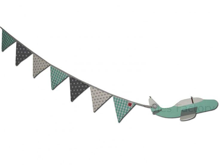 Houten vliegtuig met vlaggenlijn in mintgroen, grijs en wit