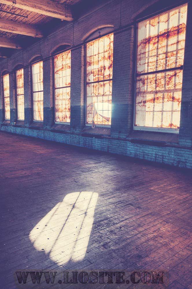 Cominciamo da qui: che cosa desideri ricordare? In che modo il sole avanza pianissimo sul pavimento lucido? Il profumo sospeso di legno vecchio, il suono attutito che proviene da fuori, quando riempiono l'aria? Offrirai mai al mondo un dono migliore del respiro rispettoso che porti in te,... [..]