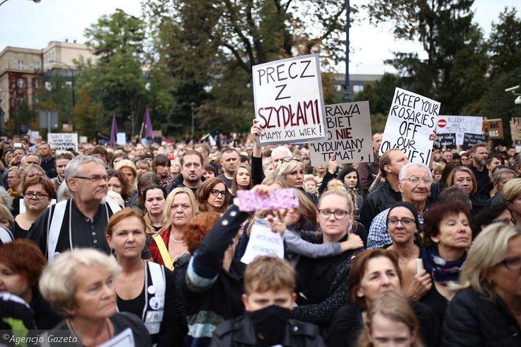 """""""Posłowie, nie zapomnimy waszych twarzy, waszych nazwisk, nazw waszych partii. Macie się czego bać. Czarny protest trwa!"""""""