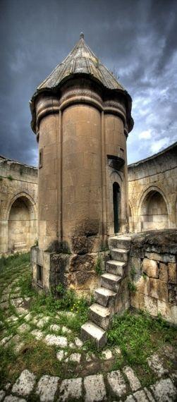Mama Hatun Türbesi (Tercan)Erzincan Tercan İlçesinde bulunan Mama Hatun Türbesi, 1192'de ölen Saltuklu Prensesi Mama Hatun adına yaptırılmıştır. Mama Hatun Saltuklu Beyliğinin başına ll91'de geçen II.İzzeddin Saltuk'un kızıdır. Türbenin kitabesinde yalnızca mimarının ismi okunmaktadır. Saltuklu Devleti'nin 1202 yılında yıkıldığı dikkate alınacak olursa bu türbe l192-1202 yılları arasında yaptırılmış olmalıdır. Türbenin mimarı Ahlatlı Ebu'n-Nema bin Mufaddal'dır. Kümbetin yanında kervansaray