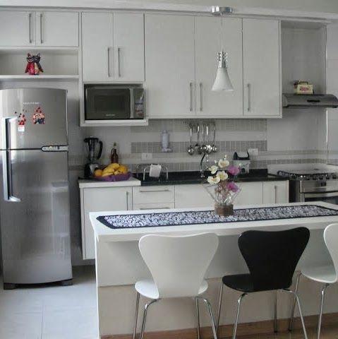 COZINHA QUASE GOURMET | Coloque sua pia entre a geladeira e o fogão, assim você tem espaço para tirar o que estava na geladeira e preparar o que vai ao fogão ao mesmo tempo. #cozinhascriativas #ambientes #decoracao #DicaTecnisa
