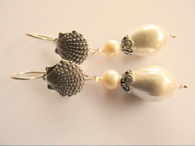 Oorbellen Shell Pearl mooie grote shellparel met zoetwaterparel, swarovski kristal kraaltje en prachtige grote schelp oorhaak. geheel zilver