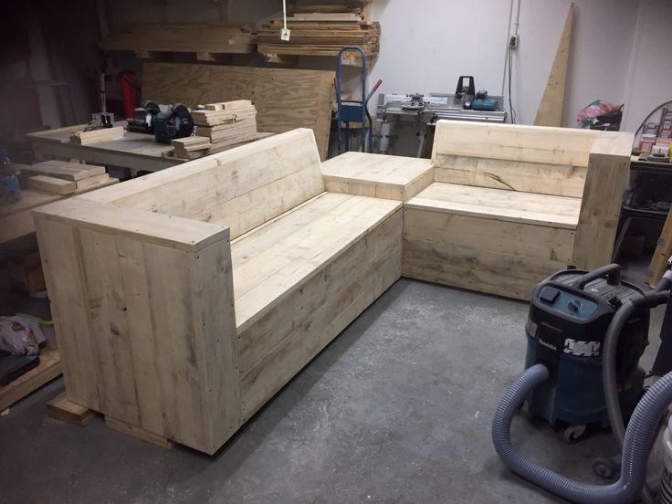 Hoekbank met handige opbergruimte onder de zitting gemaakt van steigerhout.