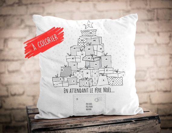 """Troquez le traditionnel calendrier de l'Avent pour un coussin original que votre enfant pourra colorier, chaque soir de décembre. Une jolie enveloppe adressée au père Noël lui permettra aussi de faire parvenir ses souhaits par courrier « express » directement au Pôle Nord. - 18"""" x 18"""" - Housse de coussin en coton avec fermeture éclair invisible - Bourre en polyester incluse"""