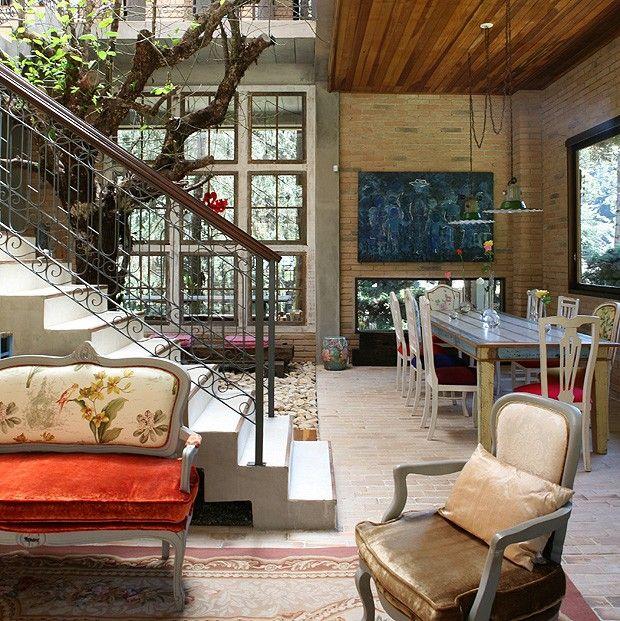 """Além do """"luxo"""" que é ter uma árvore no meio da sala de estar e jantar, adorei a elegância e rusticidade dos acabamentos utilizados na casa!"""